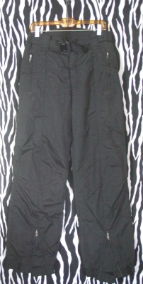 "Black, sharp, nylon ski pants by Ossi Skiwear. Waist: 32""; outer seam from the waist: 44""; inseam: 32"" The pants are in excellent condition. All zippers, Velcro and other closures work perfectly. There's no damage, stains or discolorations. Simply fantastic, high quality ski pants at a fraction of their original cost. Brand: Ossi Skiwear Size: Mens 32 L"